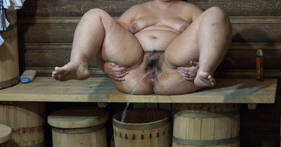 Thick Girl Pissing In The Bath And Then Washed